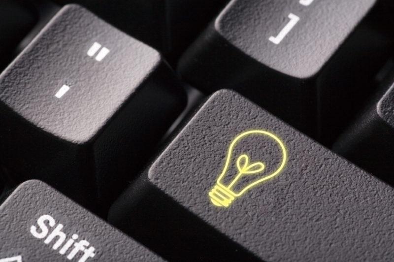 Bild på tangentbordsknapp med en glödlampa som symbol.